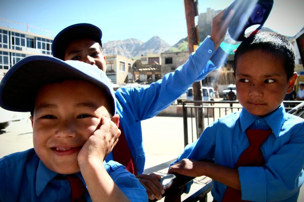 Dzieci w obowiązkowych mundurkach, fot. Ania Chomczyk