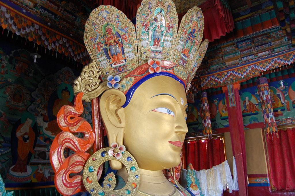 Posąg buddy Maitreii zajmuje aż dwie kondygnacje, fot. Ania Chomczyk