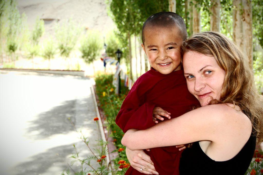 W Mahabodhi Meditation Center każdy znajdzie coś dla siebie. Jedni medytują, inni bawią się ze słodkimi mnichami. Na zdjęciu Ania, autorka artykułu.