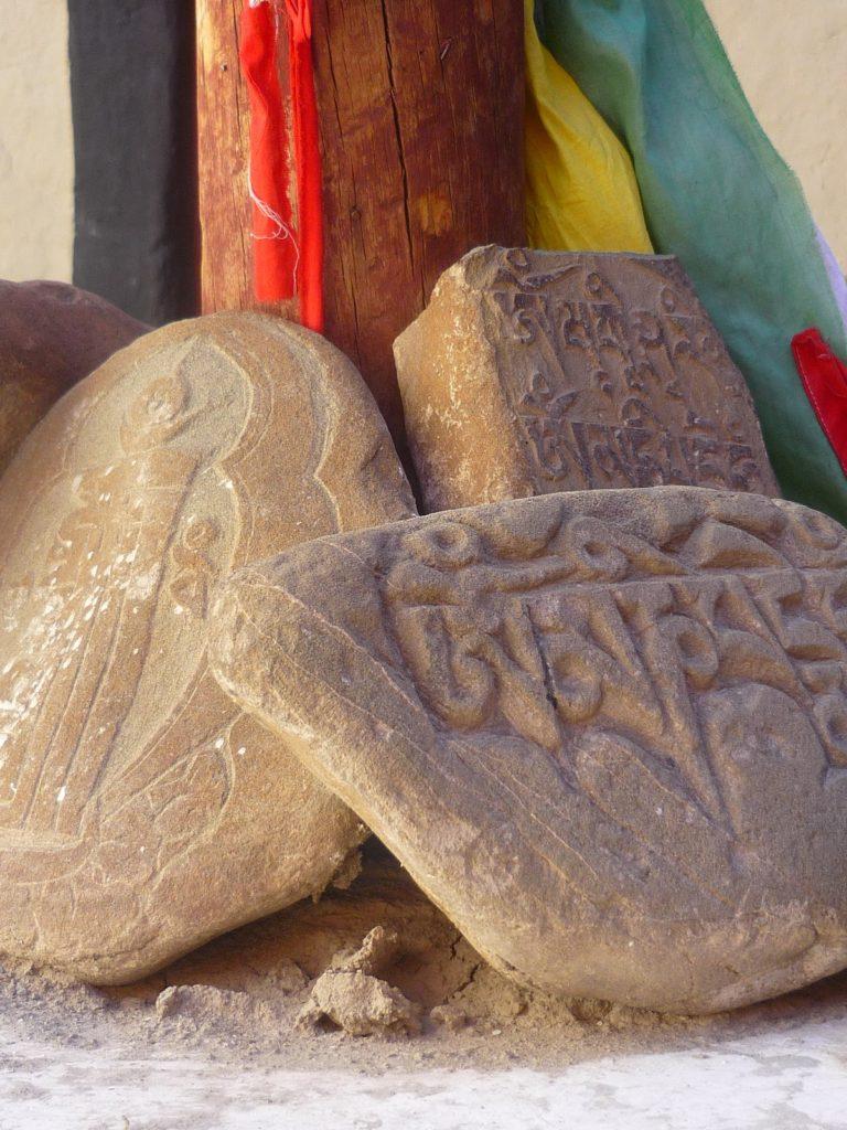 """Kamienie z tybetańską mantrą """"Om mani pedme hum"""" - niech wszystkie czujące istoty będą wolne i szczęśliwe"""