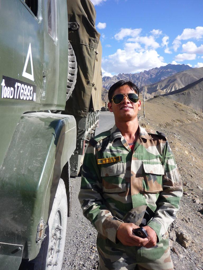 Wyjątkowo pomocni oficerowie armii indyjskiej. Zabawią rozmową, nakarmią, pokażą piękne trasy... fot. Ania Chomczyk