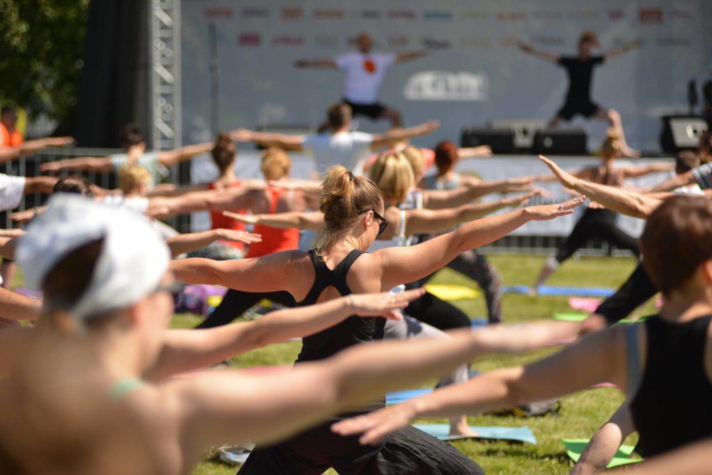 www.dzien-jogi.pl Poranna sesja jogi prowadzona przez Piotra Kunstlera (Pracownia Jogi Yogamudra) orazArtura Filipowicza (Jogart)
