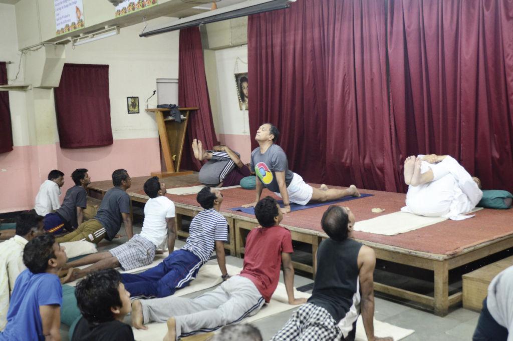 ks Joseph Pereira podczas zajęć jogi, http://kripafoundation.blogspot.com