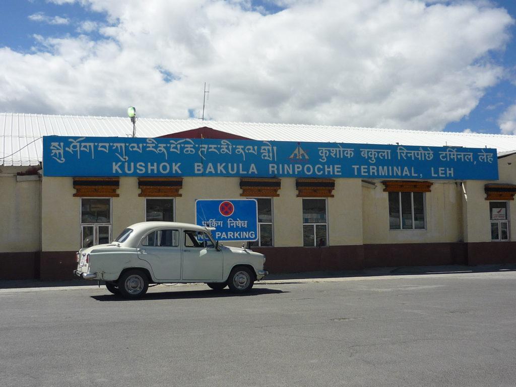 Lotnisko w Leh bardziej przypomina barak niż nowoczesny terminal. I niech tak zostanie...