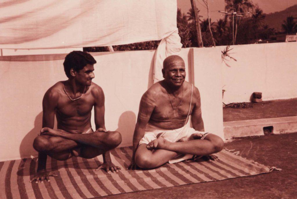 R. Sharath Jois i K. Pattabhi Jois / fot. ayny.org