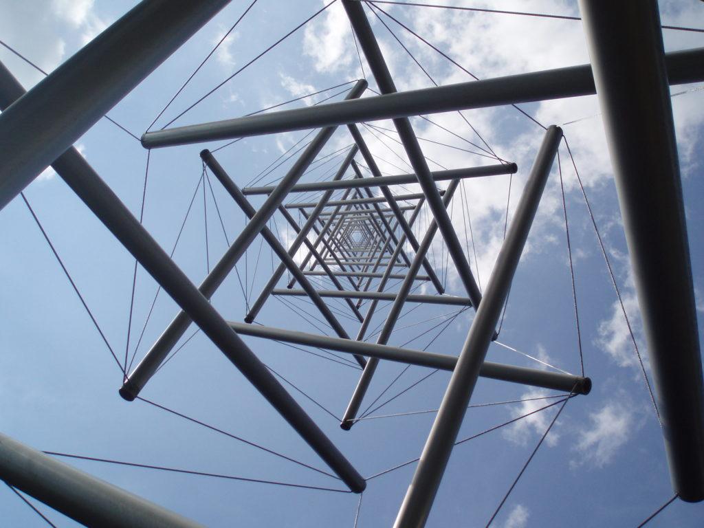 """Wieża skonstruowana w oparciu o zasadę """"tensegricity"""", źródło: www.naukas.com"""