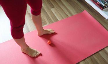 joga dla stóp, zdrowe stopy, prawidłowa postawa, wady postawy, ćwiczenia z piłeczką dla stóp