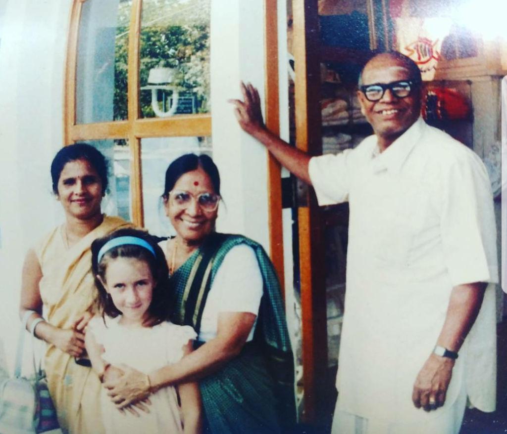 Na zdjęciu od lewej: Saraswathi Jois, mała Vanessa obejmowana przez Ammę Jois (żonę K.P. Joisa) oraz K. Pattabhi Jois