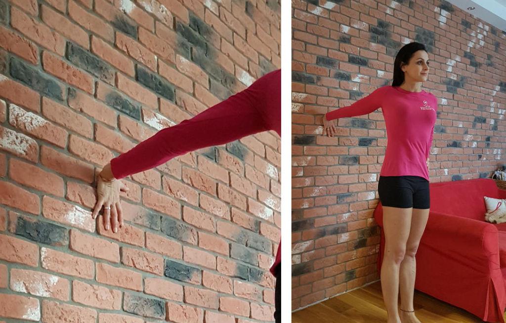 asany na napięcie szyi: dłoń na ścianie